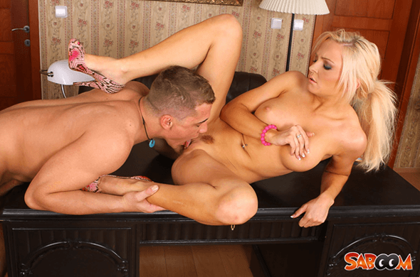 Junge Blondine bekommt die feuchte Fotze geleckt auf geilem Pornofoto