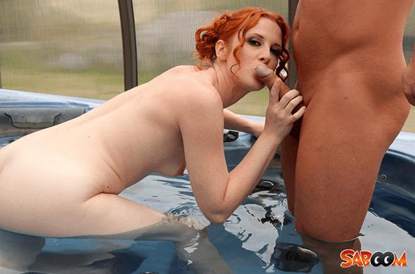 Perverses Porno Foto zeigt nackte Rothaarige beim Mundfotzen Fick im Swimming Pool