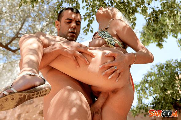 Scharfes Ficken Foto zeigt wie ein Kerl die Fotze seiner Freundin draussen bumst