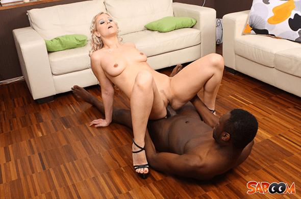 Versautes Ficken Foto zeigt geile Blondine beim Sex mit einem Neger
